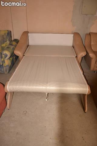 Canapea extensibila cu un fotoliu din piele naturala.